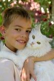 Menino com um gato fotografia de stock