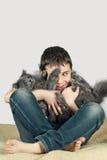Menino com um gato em um background9 branco Fotografia de Stock