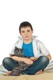 Menino com um gato em um background7 branco Fotografia de Stock