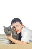 Menino com um gato em um background12 branco Fotos de Stock