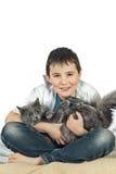 Menino com um gato em um background11 branco Fotos de Stock Royalty Free