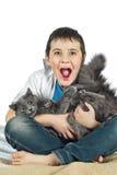 Menino com um gato em um background10 branco Imagens de Stock