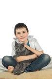 Menino com um gato em um background3 branco Fotos de Stock