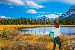 Menino com um globo sob seu braço Fotografia de Stock