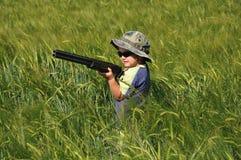 Menino com um rifle da caça no Rye foto de stock royalty free