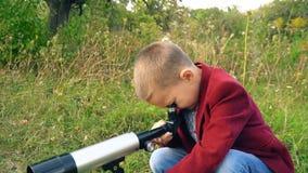 Menino com um telescópio na natureza