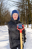 Menino com uma pá após uma queda da neve. Fotos de Stock