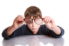 Menino com vidros e baixa visão Foto de Stock Royalty Free