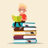 Menino com vidros que lê um livro que senta-se em uma pilha de livros de texto Fotografia de Stock Royalty Free