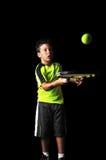 Menino considerável com equipamento do tênis Foto de Stock