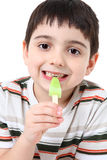 Menino considerável com Popsicle fotografia de stock royalty free