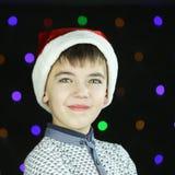 Menino considerável no chapéu de Santa Claus Imagens de Stock Royalty Free