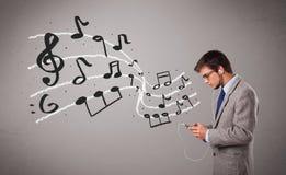 Menino considerável que canta e que escuta a música com notas musicais Imagem de Stock