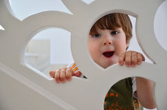 Menino considerável surpreendido: Arquitetura branca das escadas fotografia de stock royalty free