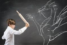 Menino corajoso que luta um dragão imagens de stock royalty free
