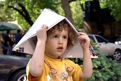 Menino Curly que mantem o tampão Fotografia de Stock