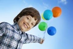 Menino da beleza com balão imagem de stock