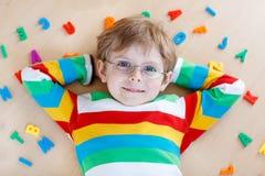 Menino da criança com as letras coloridas, internas imagens de stock royalty free