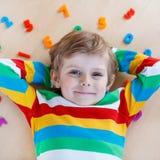 Menino da criança com os números coloridos, internos Imagem de Stock Royalty Free