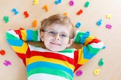 Menino da criança com os números coloridos, internos fotos de stock