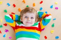 Menino da criança com os números coloridos, internos imagens de stock