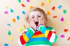 Menino da criança com os números coloridos, internos imagem de stock