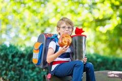 Menino da criança com a sacola da escola no primeiro dia à escola Imagem de Stock