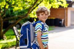 Menino da criança com a sacola da escola no primeiro dia à escola Imagens de Stock Royalty Free