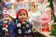 Menino da criança com suporte do bastão de doces no Natal Foto de Stock Royalty Free