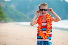 Menino da criança de 7 anos em leus havaianos tradicionais imagem de stock royalty free