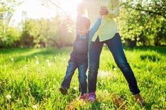 Menino da criança e sua mamã que têm o divertimento no parque do verão, imagens de stock royalty free