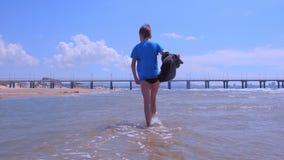 Menino da criança em caminhadas das férias do mar na água do mar no t-shirt molhado no Sandy Beach video estoque
