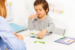 Menino da criança em idade pré-escolar e jogo tornando-se com cartão fotos de stock
