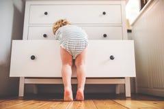 Menino da criança em uma situação perigosa em casa fotografia de stock
