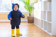 Menino da criança empacotado acima na roupa do inverno imagens de stock