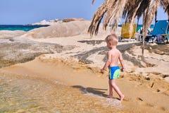 Menino da criança na praia fotografia de stock