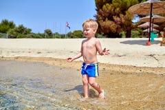 Menino da criança na praia foto de stock