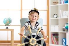 Menino da criança no chapéu do marinheiro - conceito da aventura e do curso fotografia de stock