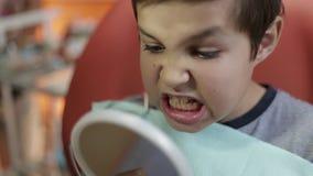 Menino da criança no dentista vídeos de arquivo