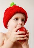 Menino da criança que come uma maçã Imagens de Stock