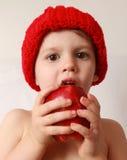 Menino da criança que come uma maçã Imagens de Stock Royalty Free