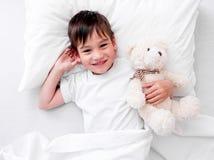Menino da criança que dorme com urso de peluche imagens de stock royalty free
