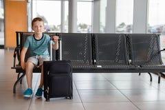 Menino da criança que espera na sala de espera por passageiros Imagem de Stock Royalty Free
