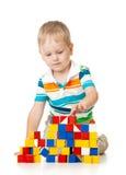 Menino da criança que joga blocos do brinquedo imagem de stock