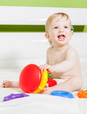 Menino da criança que joga com brinquedo colorido Foto de Stock Royalty Free