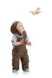 Menino da criança que joga com o plano de madeira isolado no branco fotos de stock