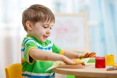 Menino da criança que pinta em casa imagem de stock royalty free