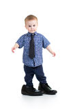 Menino da criança que tenta em sapatas do pai fotografia de stock