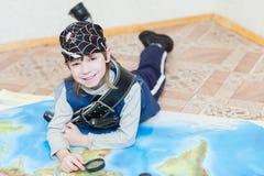 Menino da criança que joga o pirata Imagens de Stock
