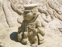 Menino da escultura da areia fotografia de stock